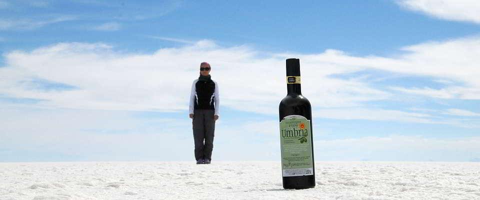 Una bottigllia d'olio extravergine d'oliva in giro per il mondo